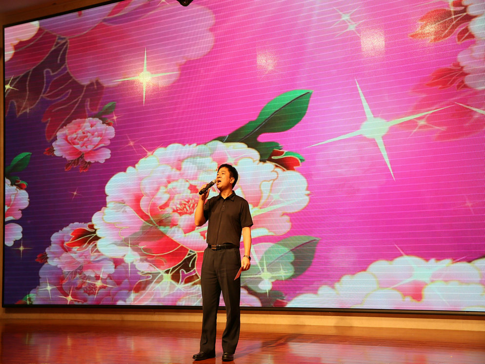 General Manager Wu Weiyun sang the song 《The Most Beautiful Songs Sing to Mom》